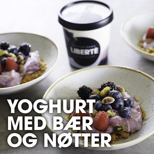 Blåbæryoghurt med bær og nøtter